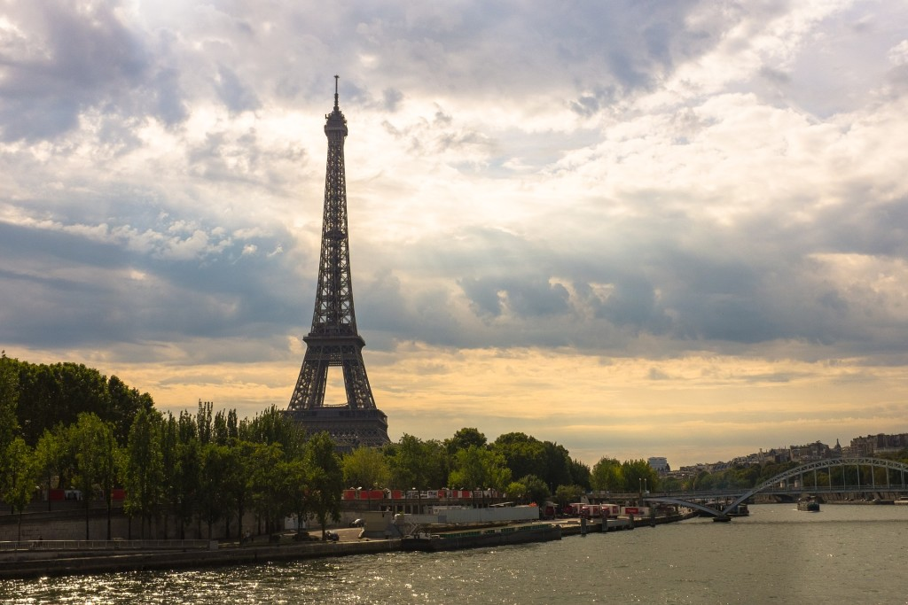 eiffel-tower-1562994_1920